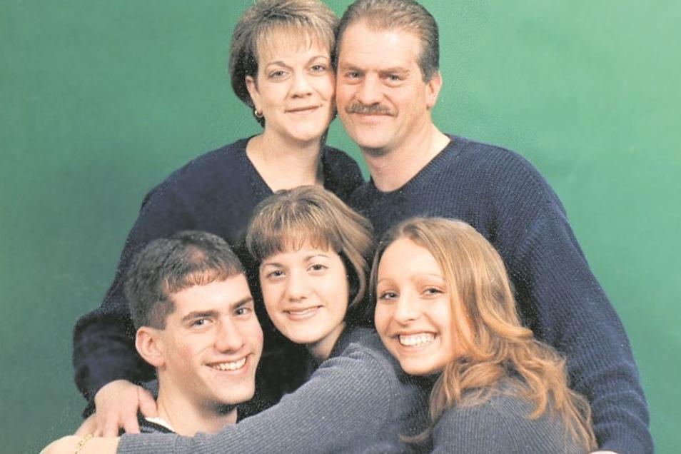 Gruppenbild mit Gastschwester: Maria Klotz (u.r.) während ihres Austauschjahres in den USA. Links oben ihre damalige Gastmutter.