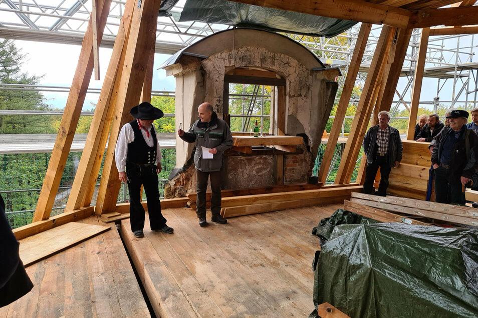 Im neuen Dachstuhl des Hellhauses von Moritzburg: Forstbezirksleiter Markus Biernath bedankt sich bei Zimmermannsmeister Joachim Grätz aus Coswig.