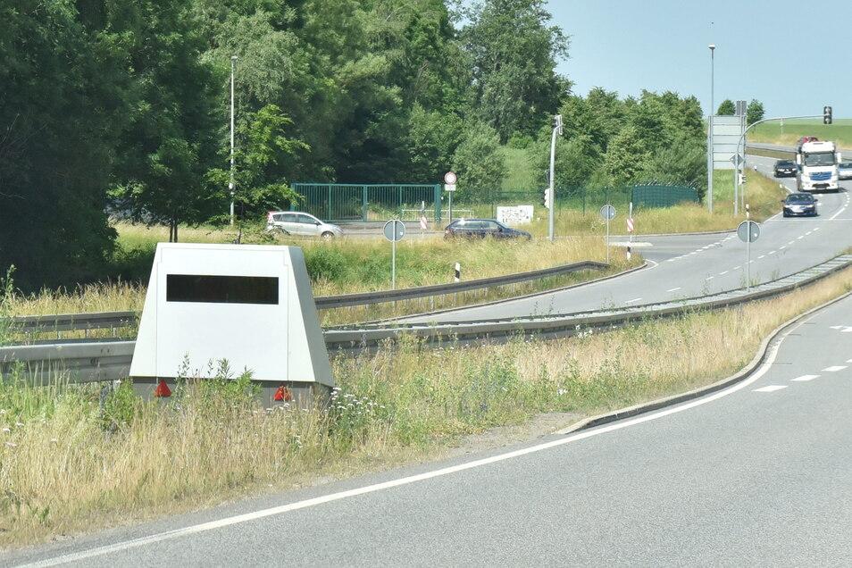 Der mobile Blitzerwagen des Landkreises stand am Montagvormittag wieder auf der B 173 in Höhe Kesselsdorf.
