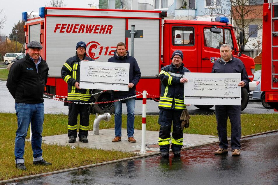 Die Feuerwehren von Olbersdorf und Bertsdorf-Hörnitz freuten sich vorige Woche über eine Spende vom Hersteller der Löschwasserbehälter.