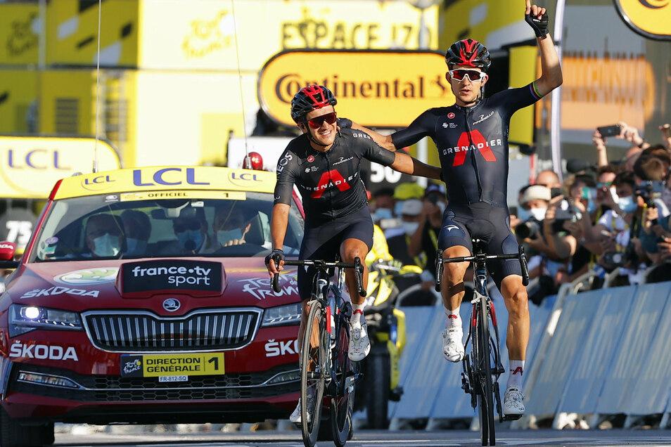 Etappensieger Michal Kwiatkowski (r) aus Polen und Etappenzweiter Richard Carapaz Montenegro aus Ecuador, beide vom Team Ineos-Grenadiers, freuen sich über ihren von Erfolg gekrönten Ausreißversuch.