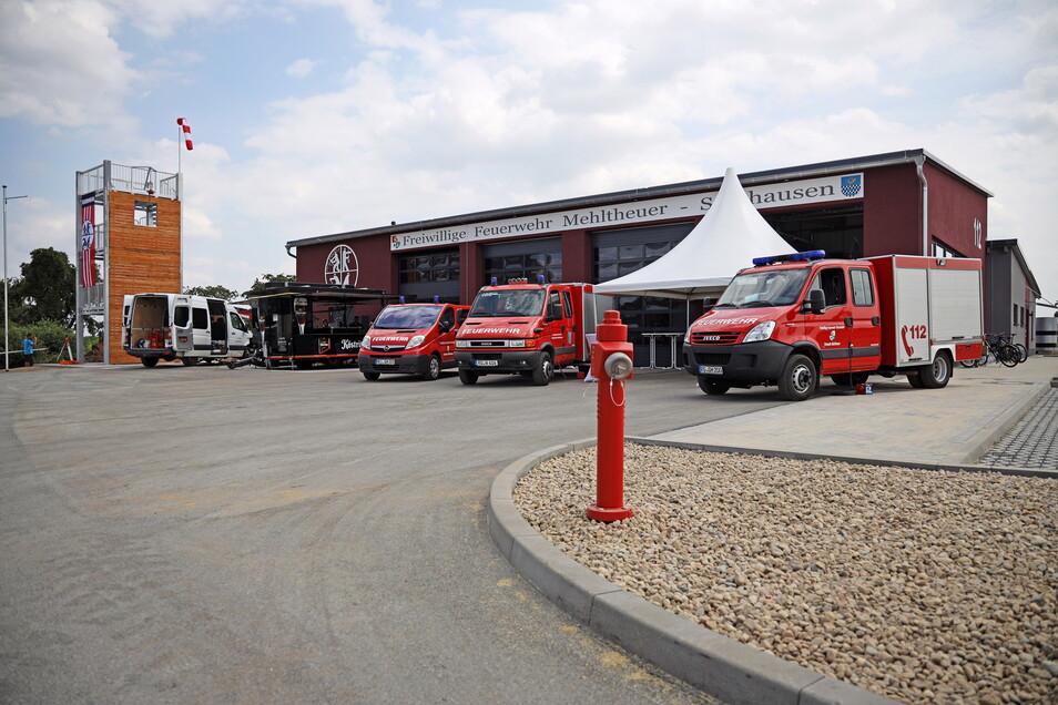 So sieht das neue Gerätehaus der vereinigten Feuerwehr Mehltheuer-Seerhausen von außen aus. Bis jetzt stehen drei kleinere Einsatzfahrzeuge in den Garagen. Laut Brandschutzbedarfsplan sollen aber in den nächsten Jahren neue und vor allem größere angeschafft werden.