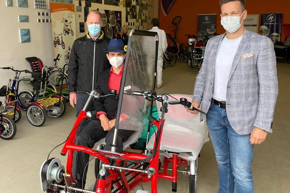 Pflegekraft Lutz Dressler (Mitte) hatte die Idee, dass sich K&S dieses spezielle Tandem anschaffen sollte. Gestern wurde es übernommen. Mit dabei waren Marcel Ullmann vom K&S Pflegecampus Zwickau (li.) und Oliver Illert von der K&S Regionalleitung.