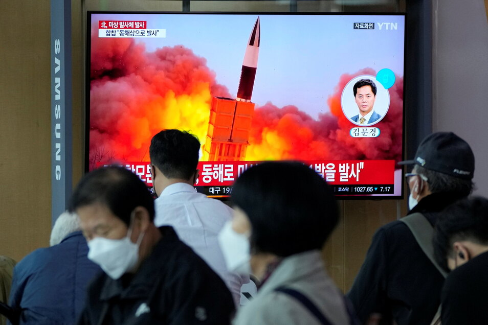 Menschen im Seouler Bahnhof sehen während einer Nachrichtensendung ein Fernsehbild des nordkoreanischen Raketenstarts.