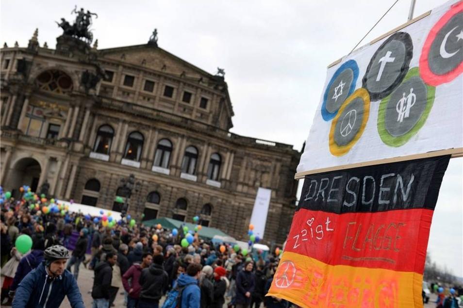 Dresden ist wegen der Pegida-Demonstrationen bewusst als Schauplatz ausgewählt worden.