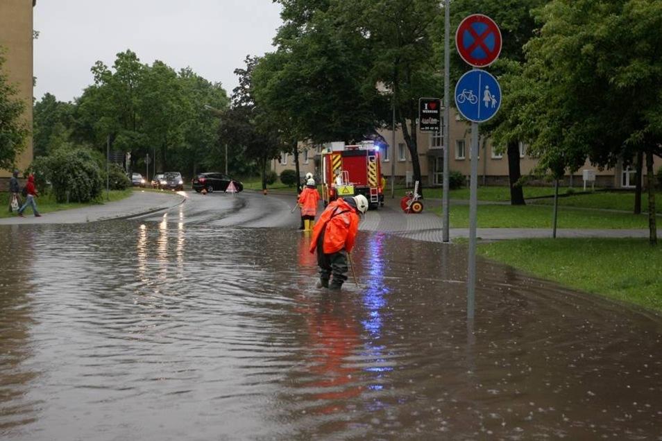 Auch in angrenzenden Mehrfamilienhäusern an der Einsteinstraße staute sich das Wasser und floss in die Keller.