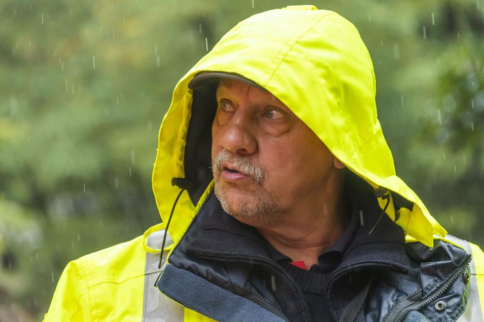 """""""Die Schlamm-Ausbildung habt ihr bestanden."""" Hauptbrandmeister Armin Weirauch musste den Fahrtag im Dauerregen vorzeitig beenden."""