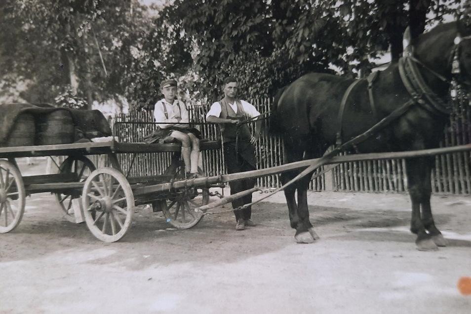 Das Bier wurde früher noch mit Tafelwagen ausgeliefert, hier offenbar mit dem Neffen von Otto Hänsel.