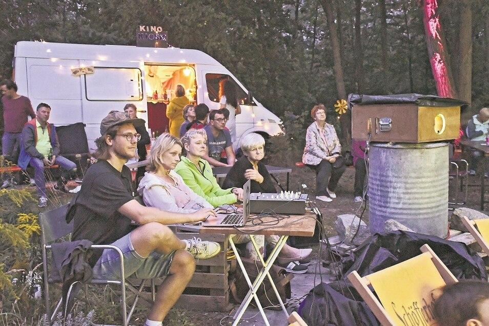Max Tegtmeyer startete am Samstagabend den Beamer, um den ersten Film während des ersten Sommerkinos am Neufertbau in Weißwasser vorzuführen.