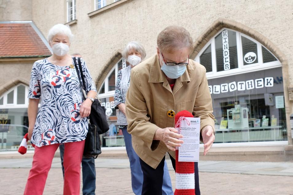 Die Mützen erregen Aufsehen. Genau das ist auch der Zweck. Mitglieder des Blinden- und Sehbehindertenverbandes machen am Freitag in Meißen Poller sicherer.