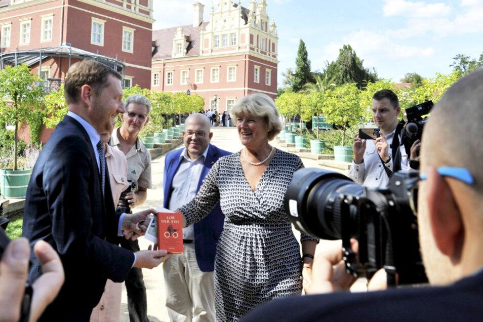 Kulturstaatsministerin Grütters überraschte Ministerpräsident Kretschmer vor dem amtlichen Teil des Treffens mit einem persönlichen Hochzeitsgeschenk.