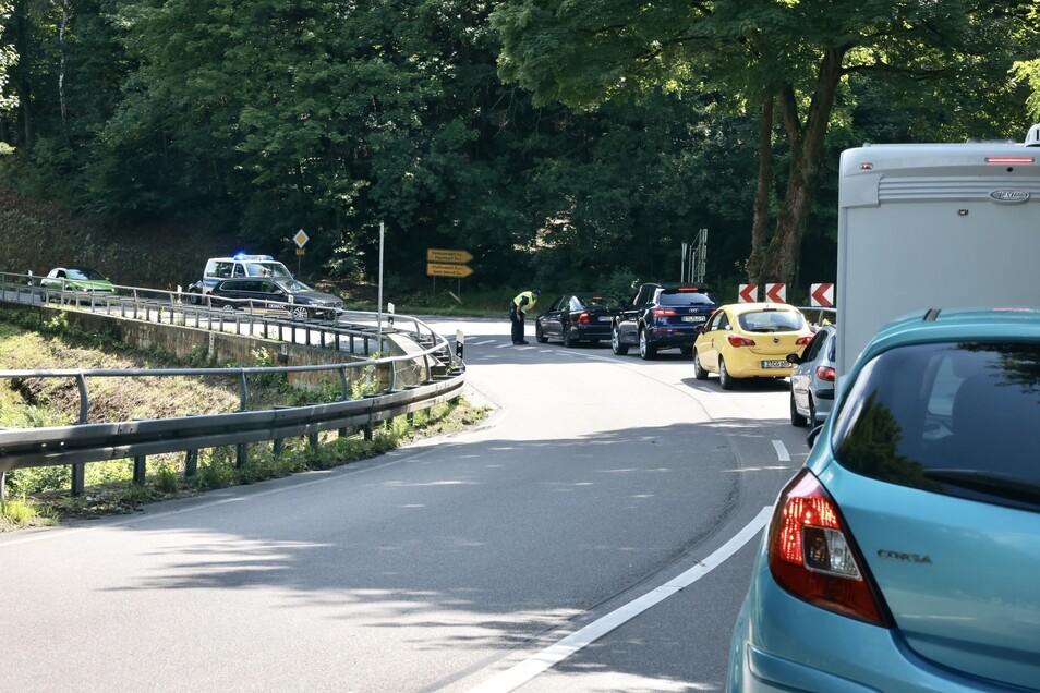 Stau an der B 172 zwischen Königstein und Bad Schandau. Wer nicht ins Hochwassergebiet fahren muss, muss umdrehen.