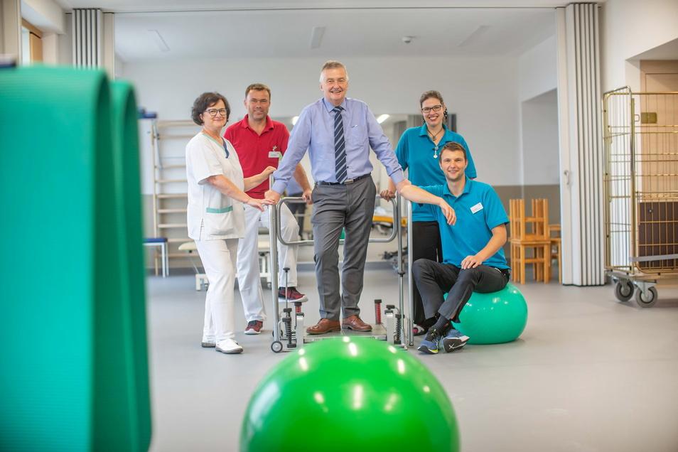 Ein so großer Gymnastikraum stand dem Physiotherapie-Team des Riesaer Elblandklinikums um Leiterin Bettina Käseberg (l.) bislang noch nie zur Verfügung. Verwaltungschef Peter Zeidler (M.) testet ihn am Einzugstag, bevor die Patienten kommen.