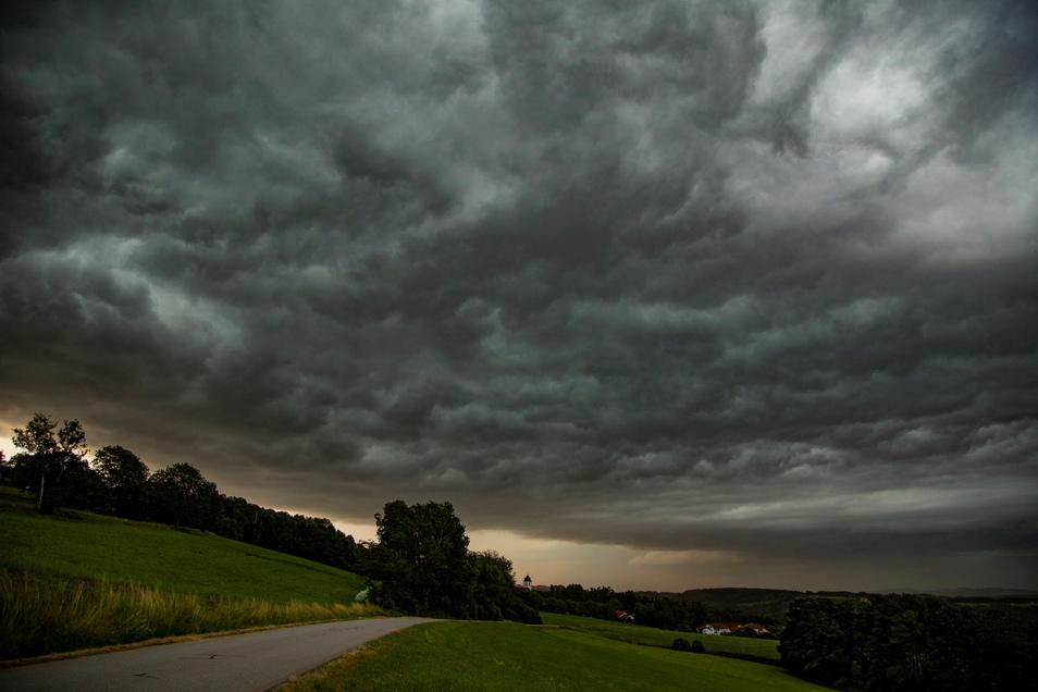 Dunkle Wolken begleiten uns bis in die kommende Woche hinein. Mit viel Wasser.