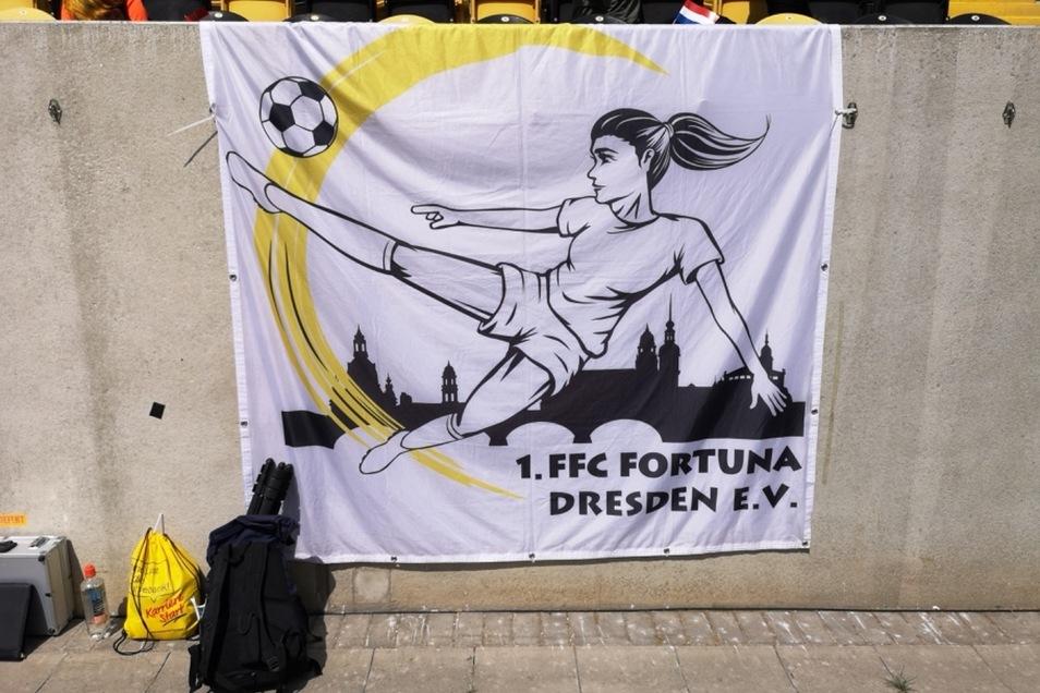 Werbung für den Mädchenfußball.