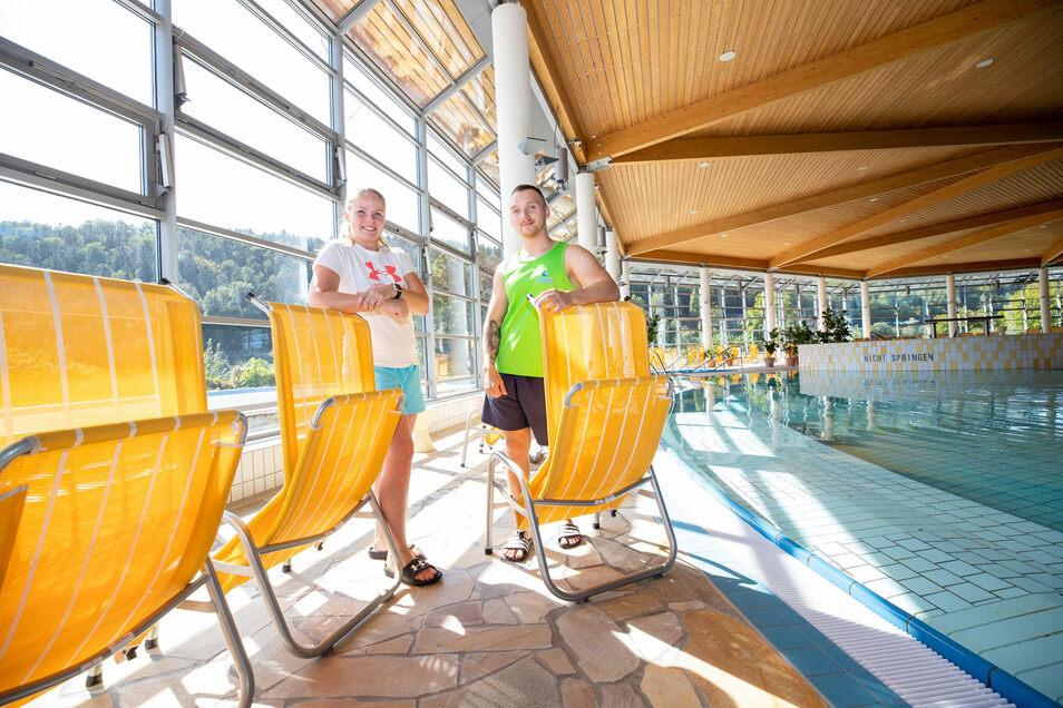 Denisa Ajchelerová (links) und Michal Hrabě platzieren die Liegestühle: paarweise mit 1,50 Meter Abstand.