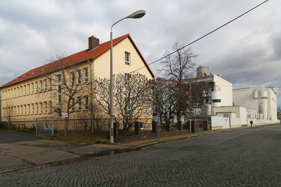 Dichter dran am Ölwerk geht nicht: der geplante Standort des neuen Riesaer Obdachlosenheims. Noch läuft ein Widerspruchsverfahren.