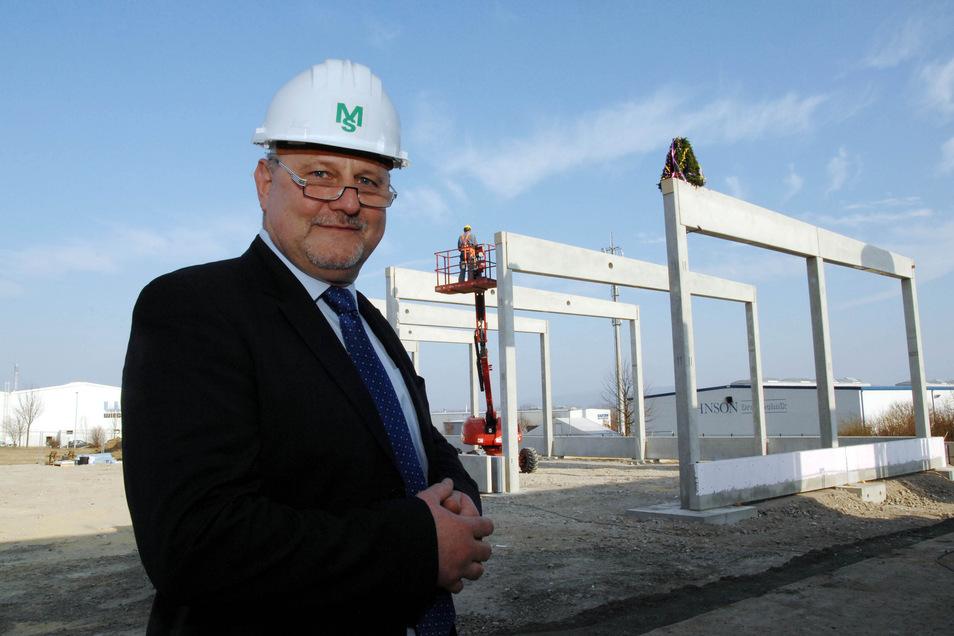 MS Powertec-Chef Frank Alt, hier 2015 vor einer der vielen Erweiterungen auf dem Firmengelände im Industriegebiet Weinau.