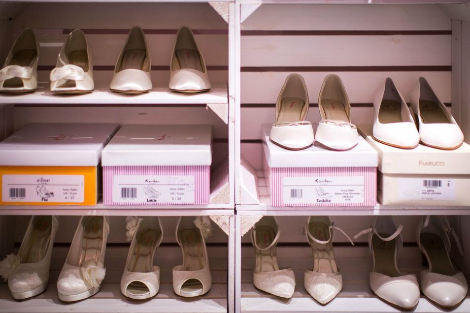 Unzählige Schuhe warten in den Verkaufsregalen und im Lager auf die richtigen Füße.