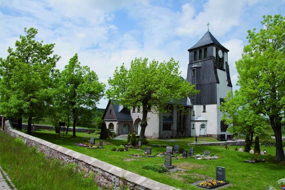 """Die Evangelische Kirche in Zinnwald in dem Buch """"Streifzüge durch das Osterzgebirge"""", fotografiert von Horst Feiler"""