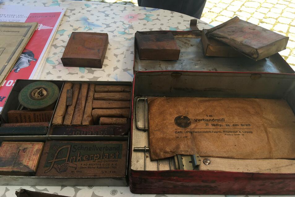 Rudolf Neubert fand in seinem Traktor auch diesen alten Erste-Hilfe-Kasten, mit Mullbinden, Lavendelampullen, einem Dreiecktuch und einer Schiene bei Knochenbrüchen.