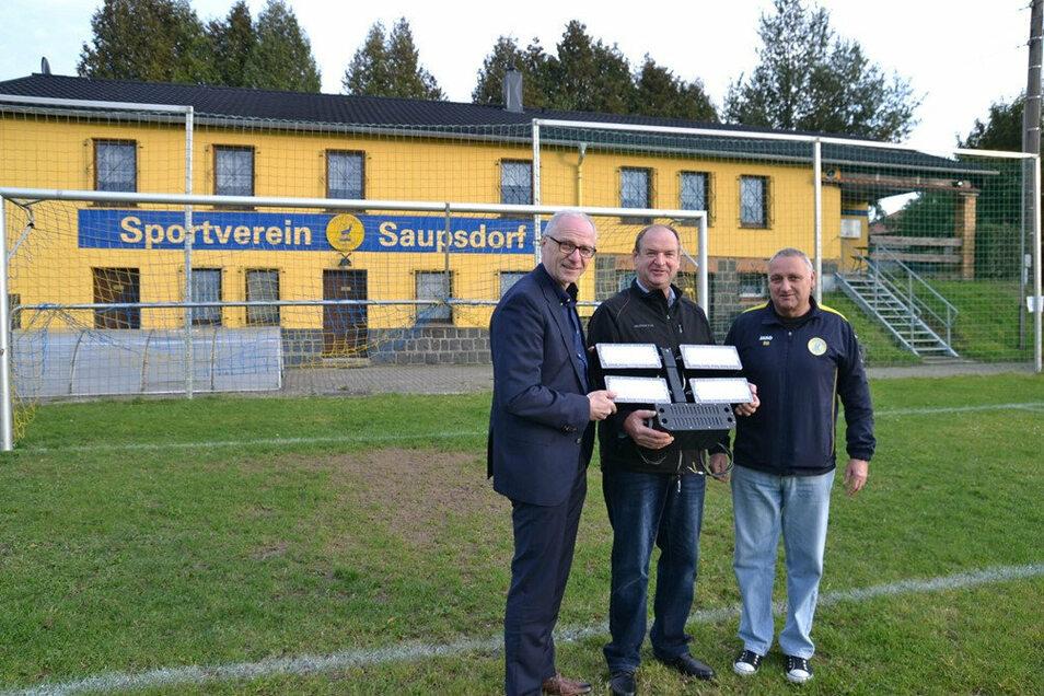 Es werde LED-Licht: OB Mike Ruckh mit Steffen Heine und Rolf Hempel (v.l.) vom SV Saupsdorf.