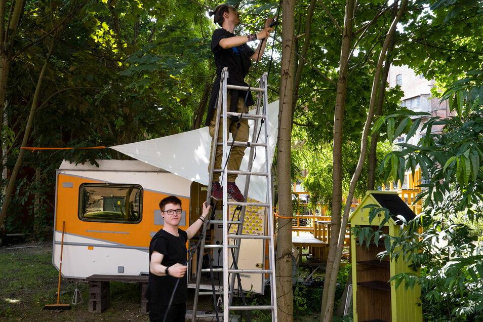 Lubos Suchy (oben) und Jason Fritsche hängen eine Lichterkette fürs Fokus-Festival auf.