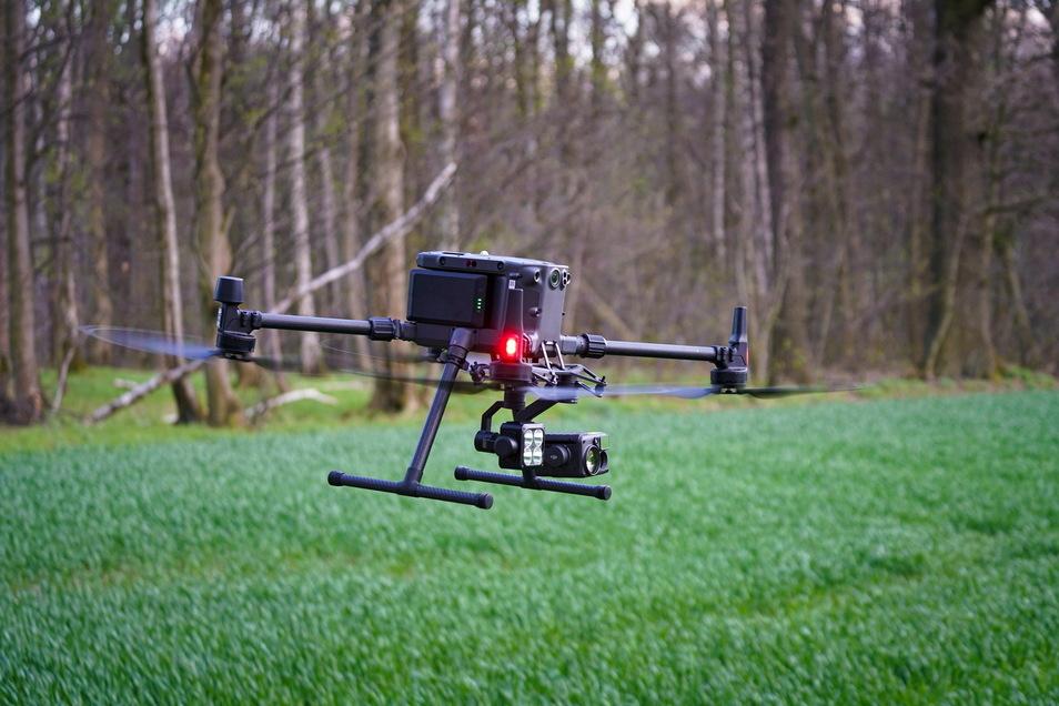 Diese Drohne hat alles, was es technisch braucht: Mehrere Kameras - eine davon ist eine hochauflösende Wärmebildkamera - und Scheinwerfer.