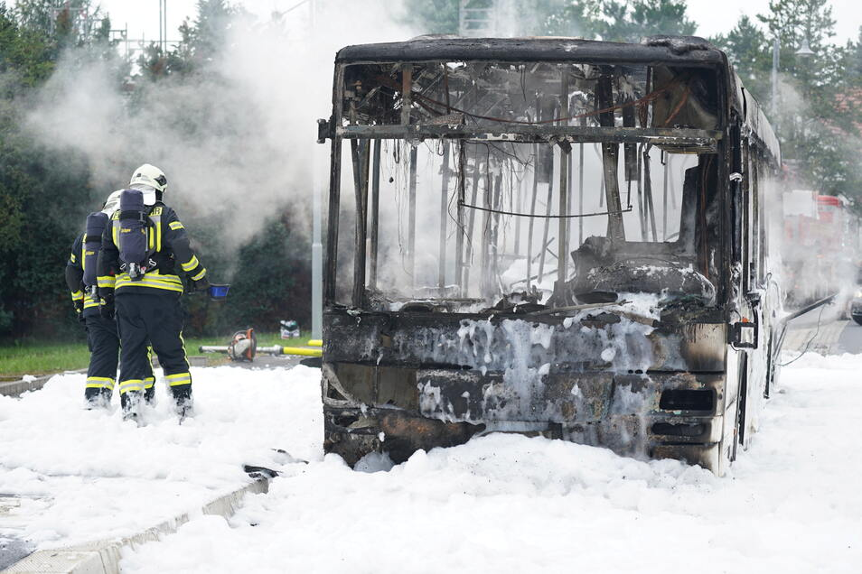 Am Bus entstand Totalschaden.