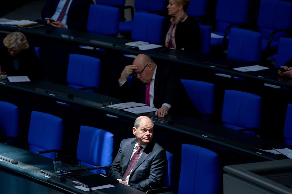 Um die Ansteckungsgefahr durch das Coronavirus zu minimieren bleiben jeweils zwei Plätze zwischen den Bundestagsabgeordneten frei