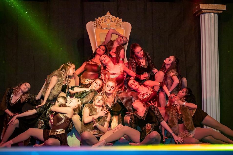 """Dance Attack aus Weißwasser belegte im """"Show Dance Adults"""", also bei den erwachsenen Tänzerinnen, den ersten Platz."""