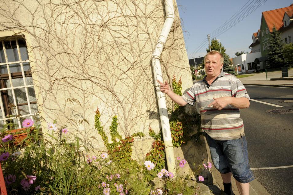 Gastwirt Christian Tanner vor seinem denkmalgeschützten Haus, das durch falsche Abwasserführung massive Schäden erlitten hat.