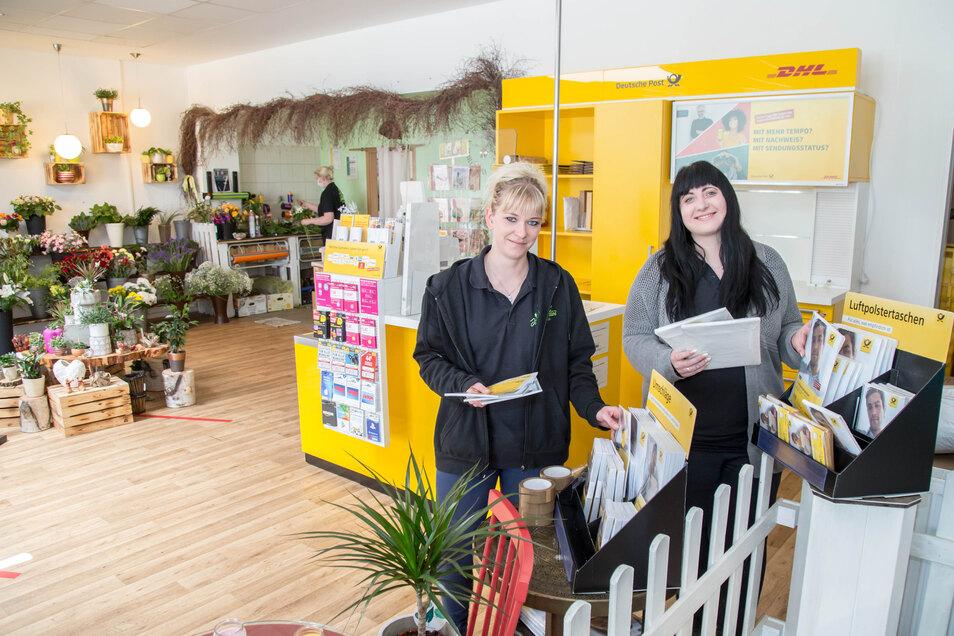 Anne-Marie Kirst (li.) und Emely Weiser (re). bieten den Postservice jetzt in ihrem Blumenladen Vier Jahreszeiten an.