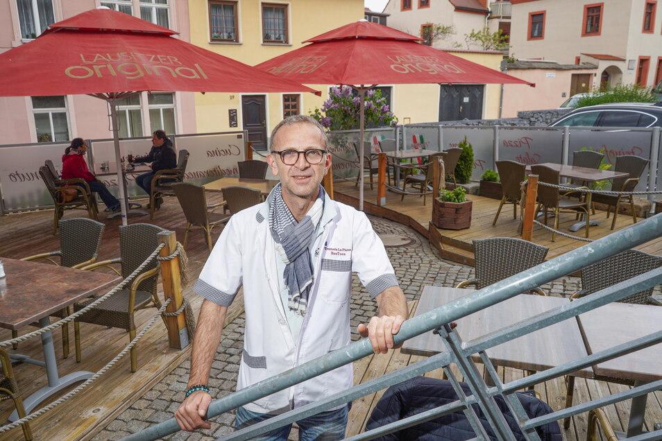 Zijah Osmani, Inhaber der Trattoria La Piazza in Bautzen, will auf der Terrasse bald noch mehr Plätze anbieten.