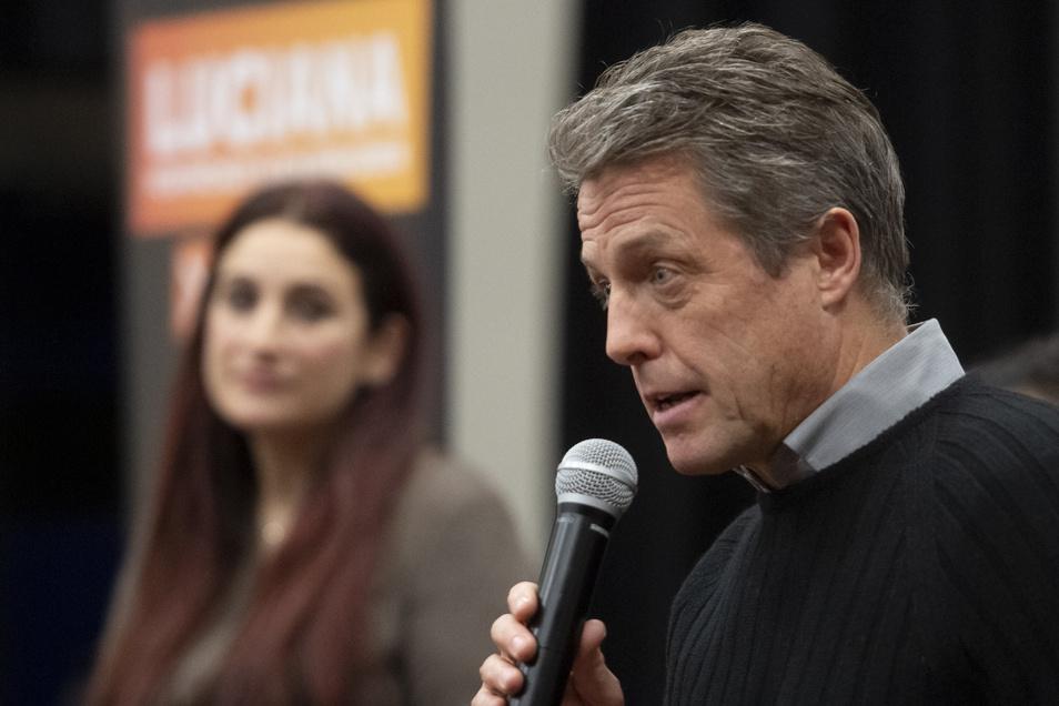 Der britische Schauspieler Hugh Grant spricht während einer Wahlkampagne, auf der er Luciana Berger von den Liberaldemokraten begleitet.