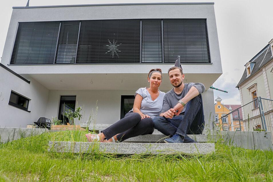 Radoslaw Spychalski und seine Frau Beata vor ihrem neuen, modernen Haus in der Lessingstraße in Zittau.