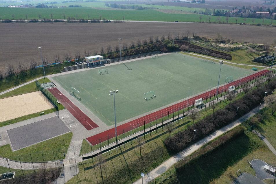 Aus der Luft sieht der Fußballplatz am Sportpark in Dippoldiswalde noch gut aus. Aber der Kunstrasen muss ausgetauscht werden.