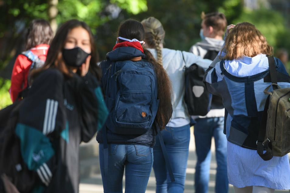Die Ferien sind vorbei. Montag beginnt die Schule. Eine zentrale Maskenpflicht für Schüler und Lehrer gibt es in Sachsen nicht, wohl aber eine Empfehlung: Schüler und Lehrer sollten außerhalb des Unterrichtsraums Masken tragen.
