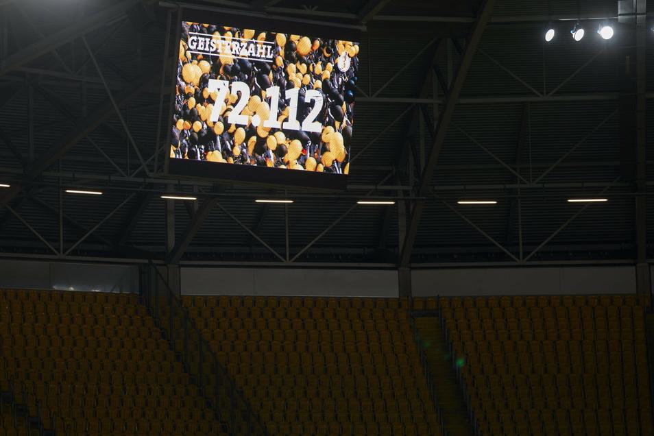 Beim Pokalspiel gegen Darmstadt 98 am 22. Dezember 2020 präsentiert Dynamo Dresden die Zahl der verkauften Geistertickets.