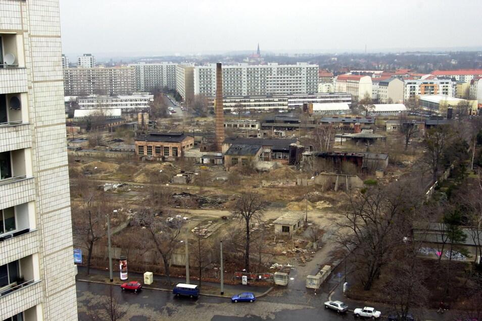 Dieses Foto aus dem Jahr 2001 zeigt den Blick auf das verwahrloste Gelände des seit 1990 stillgelegten Beton-Plattenwerkes in der Johannstadt.