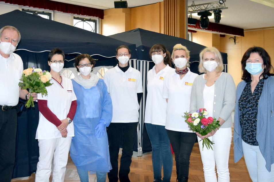 Zufrieden mit dem Impftag im Nieskyer Bürgerhaus: Ärzte, medizinisches Personal und Oberbürgermeisterin Beate Hoffmann (rechts).