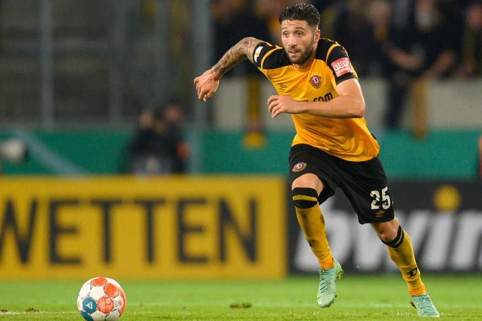 Wetten, dass … Wenn Dynamo – wie hier mit Brandon Borrello im Pokal gegen Paderborn – spielt, läuft über die Banden des Rudolf-Harbig-Stadions auch Werbung eines Sportwettenanbieters.