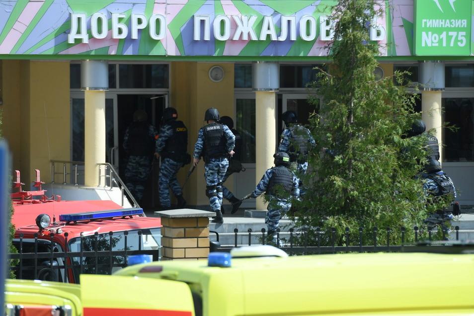 Bewaffnete Einsatzkräfte an der Schule.