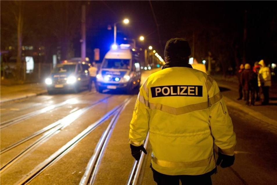 Einsatzkräfte der Polizei sichern eine Zufahrtsstrasse zum Fundort. Gegen 19.30 Uhr konnte Entwarnung gegeben werden.