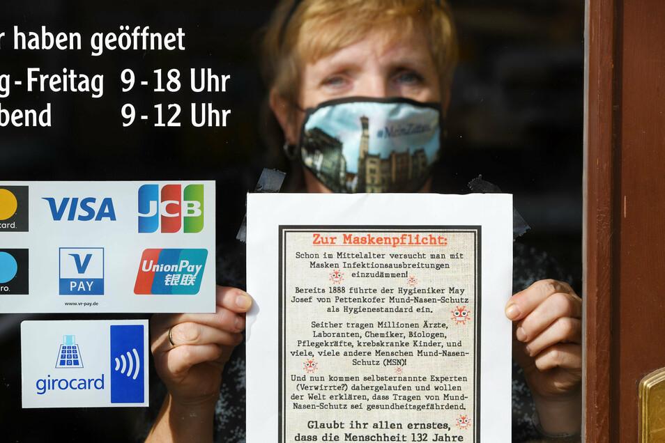 Heike Drowski vom Handelshof Zittau weist ihre Kunden auf die Maskenpflicht hin.