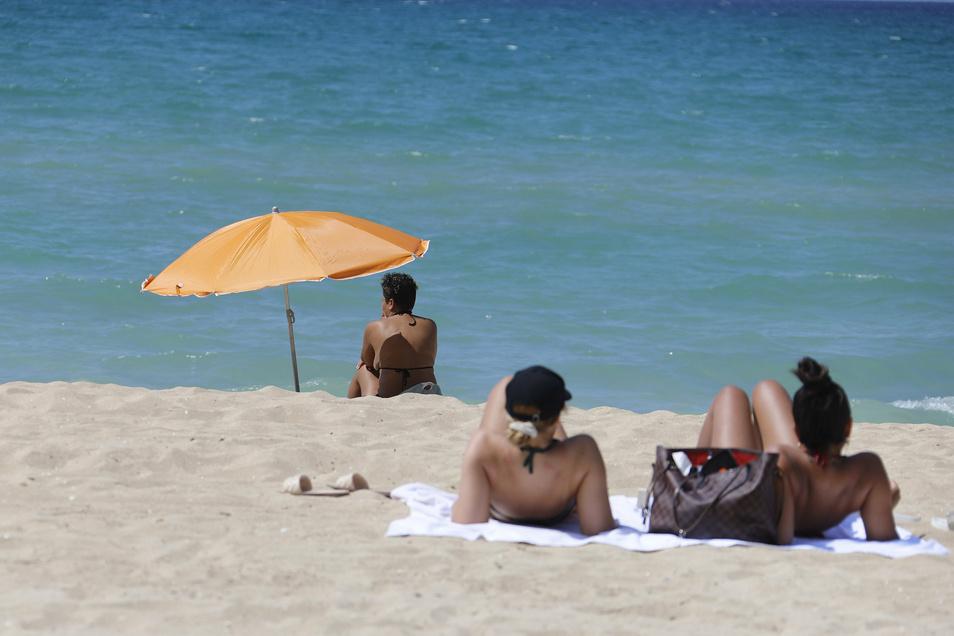 Meist ist das Urlaubsgeld noch gar nicht auf dem Konto, da wollen Reiseveranstalter schon eine Anzahlung sehen. Verbraucherschützer finden die Vorkasse veraltet.