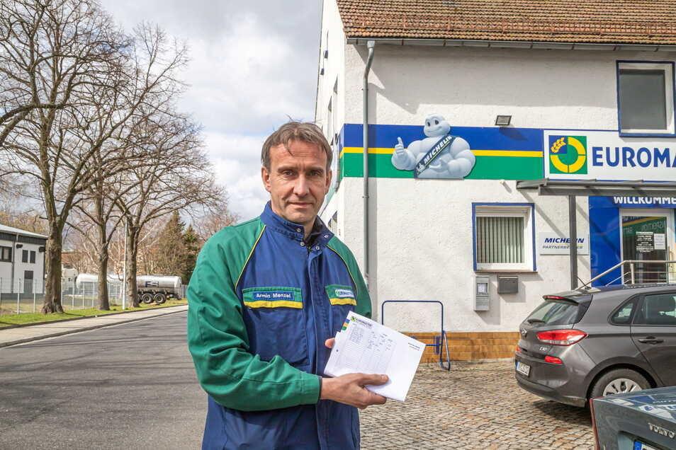 Autohaus-Inhaber Armin Menzel führt eine Liste, wann und wie stark die Molkereiabflüsse entlang der Strecke Richtung Klärwerk gestunken haben.