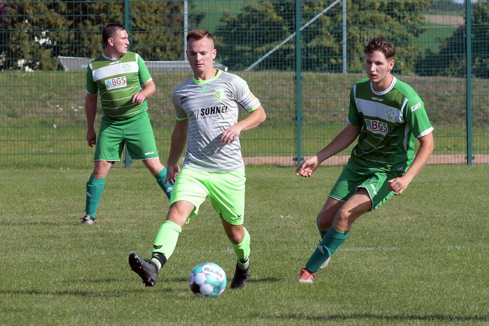 Die Fußballer des SV Grün-Weiß Niederstriegis, am Ball Philipp Günther, mussten gegen den FSV Brandis eine Heimniederlage einstecken.