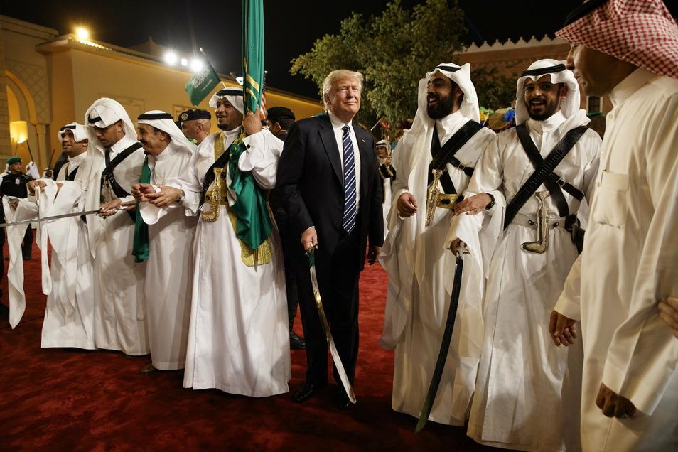 Donald Trump (M) bei seinem Besuch in Riad im Jahr 2017. Auf den noch bis zum 20. Januar amtierenden US-Präsidenten wird beim G20-Gipfel eine Schlüsselrolle zukommen.