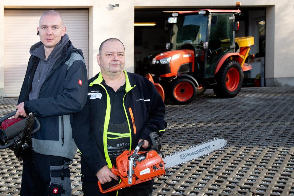 Der neue und der alte Chef vor dem Betriebssitz in Neukirch: Robert Jung (links) übernimmt zum 1. Januar den Hausmeisterservice von Wolfgang Rätze.